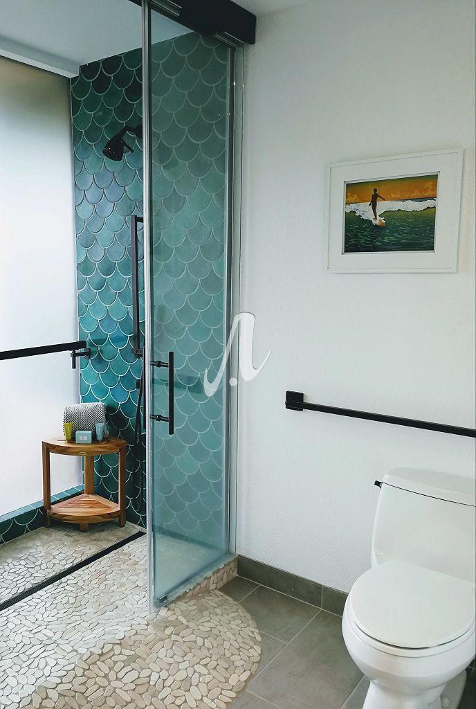 Phòng tắm được trang trí với gạch vảy cá đơn giản mà vẫn thu hút